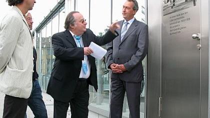 Winfried Roschmann erläutert infra-Chef Hans Partheimüller (re.) und Stadtheimatpfleger Alexander Mayer an der Gedenktafel den Fürther Flughafenbetrieb.