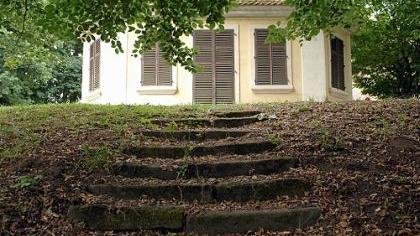 Perle im Park: das angeblich nach dem Hofschneider benannte Schneidershäuschen. Auch dieser Gartenpavillon könnte im Zuge der anstehenden Sanierung besser zur Geltung kommen.