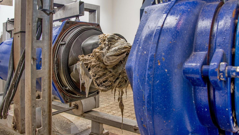 Auf dem Bild eine zerlegte Pumpe, auf der deutlich zu sehen ist, wie der Zopf aus Feuchttüchern die Pumpe zum Stillstand brachte. So eine Reparatur kostet bis zu 75 000 Euro, aber die Menschen zahlen das offenbar gern für ihren Dreck.