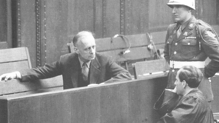 Joachim Ribbentrop (links) wurde in allen vier Anklagepunkten schuldig gesprochen und zum Tod durch den Strang verurteilt. Von 1938 bis 1945 war er Reichsminister des Auswärtigen Amts. Am Ende des Krieges tauchte Ribbentrop in Hamburg unter, wo er sich ein Zimmer mietete. Während der 218 Verhandlungstage in Nürnberg zeigte Ribbentrop auf der Anklagebank keinerlei Reue. Vor seiner Hinrichtung wurde er gefragt, ob er noch etwas sagen möchte. Ribbentrop antwortete mit fester Stimme: