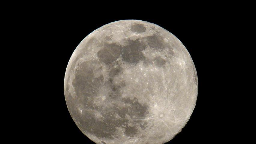 Corona-Shutdown, Tag 22: So nah wie in dieser Nacht wird der Mond der Erde lange nicht mehr kommen. Und so klar wie derzeit war der Himmel schon lange nicht mehr.
