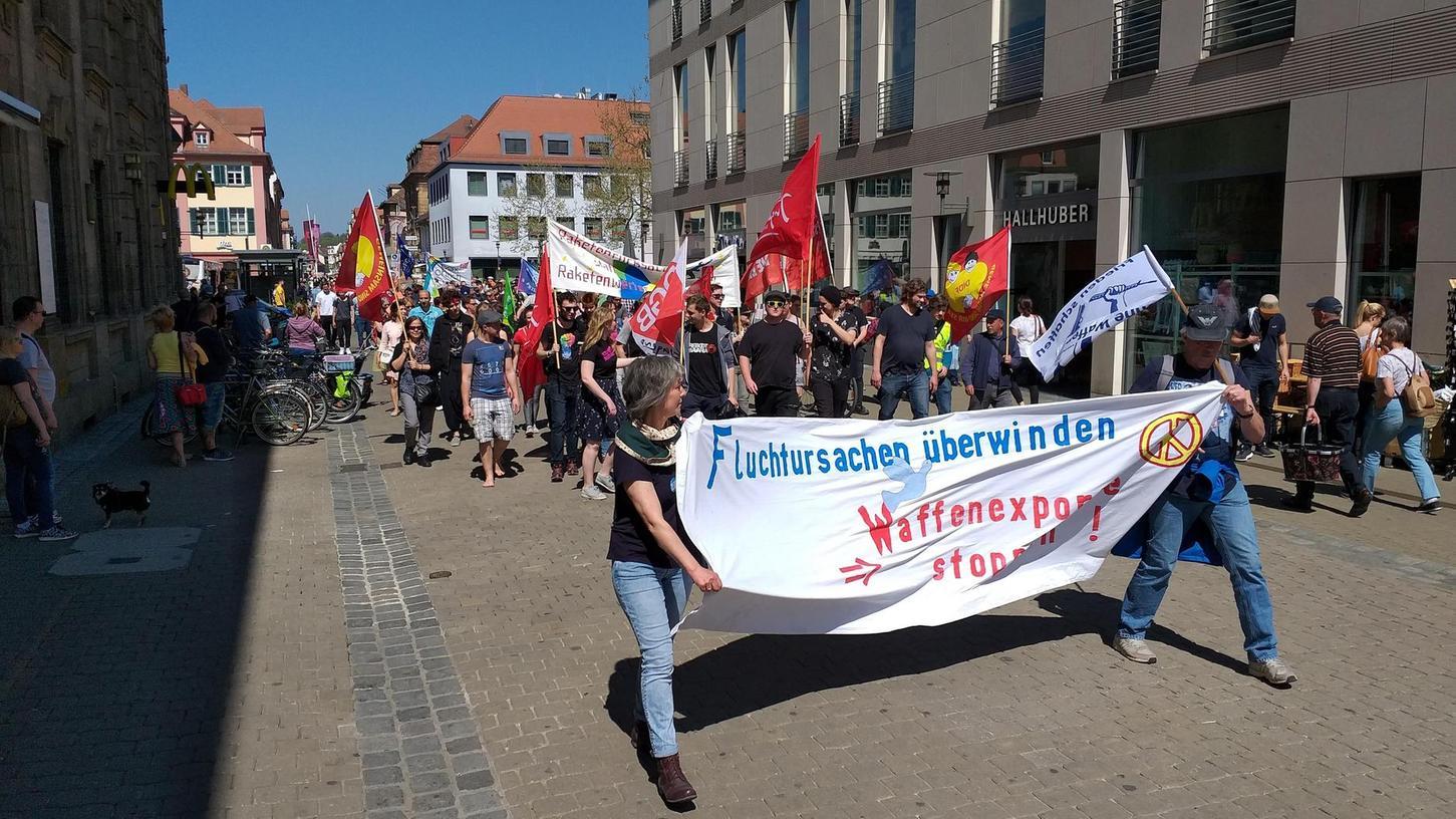 Im vergangenen Jahr demonstrierten viele Menschen in Erlangen für den Weltfrieden. Wegen der Coronakrise fällt der Ostermarsch heuer aus. Er soll jetzt virtuell stattfinden.