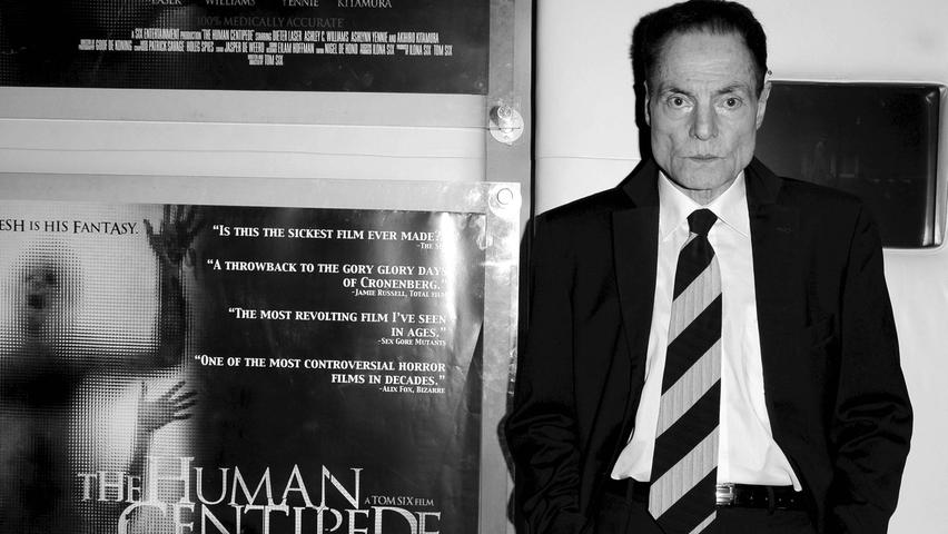 Aus vielen Filmen kennt man das markante Gesicht von Dieter Laser. Laser drehte mit Hollywoodstars, stand über Jahrzehnte unzählige Male auf zahlreichen Bühnen und war in vielen Filmen und Fernsehproduktionen zu sehen. Nun ist der Schauspieler in Berlin gestorben, wie seine Frau der Deutschen Presse-Agentur am Freitag mitteilte. Laser starb bereits am 29. Februar, kurz nach seinem 78. Geburtstag am 17. Februar.