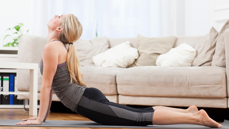 Online-Kurse als Notlösung: Weil kein Gruppenunterricht möglich ist, übertragen viele Yoga- und Pilates-Lehrerinnen derzeit ihre Klassen per Live-Steam ins heimische Wohnzimmer.