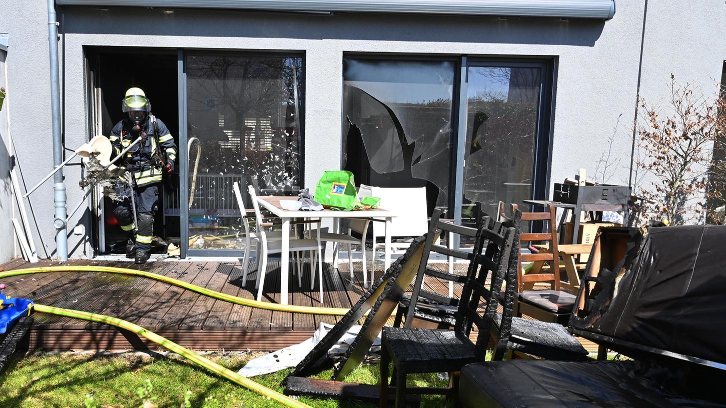 Weil ein Akku beim Laden explodiert ist, ist im Röthelheimpark ein ganzes Wohnzimmer ausgebrannt. Das Haus ist nicht mehr bewohnbar.