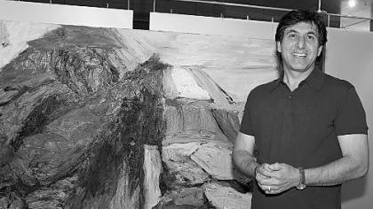 Der in Fürth lebende Künstler neben einem seiner großformatigen Gemälde. Im großzügigen Farbauftrag steckt Bewegung.