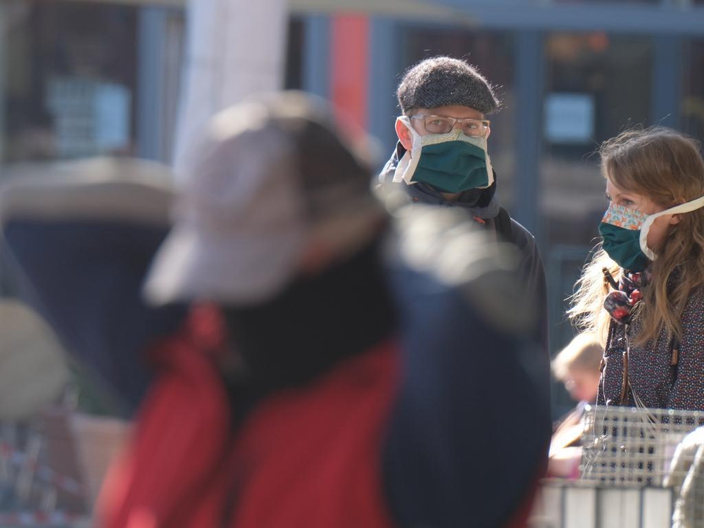 06.04.2020, Thüringen, Jena: Passanten in der Innenstadt. Ab dem 06.04.2020 sind in Thüringen Personen im öffentlichen Raum verpflichtet, einen Mundschutz zu tragen. Foto: Sebastian Willnow/dpa-Zentralbild/dpa +++ dpa-Bildfunk +++