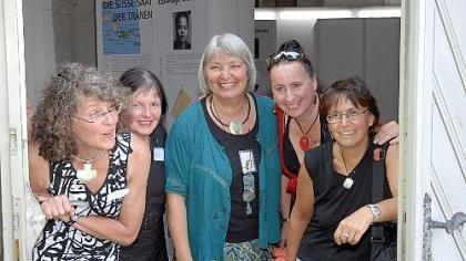 Die Organisatorinnen des Frauenmuseums in der Tür des Marstalls: Mechthild Engel, Elisabeth Bala und Bertrun Jeitner-Hartmann mit Sigrid Prader und Astrid Schönweger aus Meran (von links).