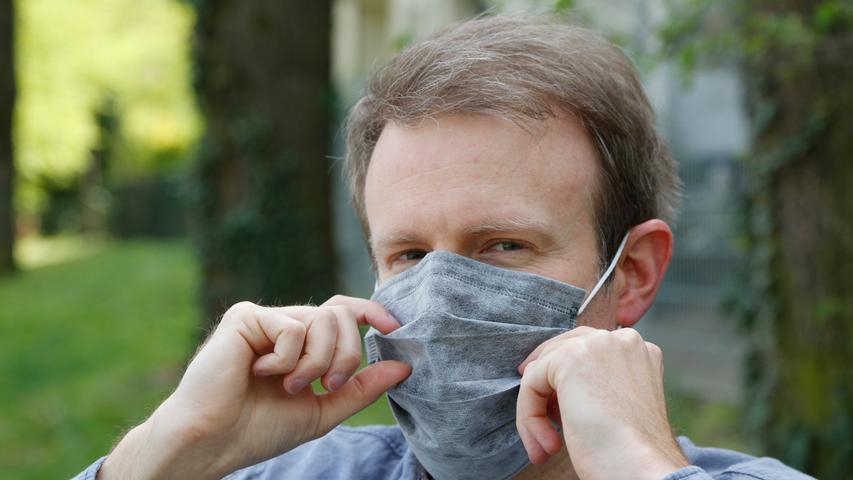 Ist die Maske auf dem Gesicht, deckt Mund und Nase bereits ab, dann schiebt man Modelle wie dieses am besten nur mit Daumen und Zeigefinger auf ihre Maximalgröße auseinander.