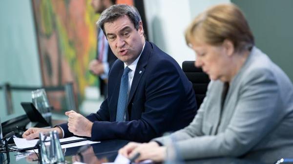 Im Zuge der Coronakrise sieht man den bayerischen Ministerpräsidenten öfter als sonst in Berlin - hier zusammen mit Bundeskanzlerin Angela Merkel. Manche meinen, er könne auch Kanzler - er selbst hüllt sich dazu in Schweigen und sieht seinen Platz, wie er gebetsmühlenartig wiederholt, in Bayern.