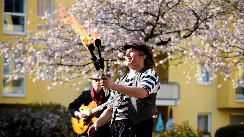 Gaukler Marc Vogel zieht mit Musiker Hannes Bernklau von den Rockin' Lafayettes durch die Höfe der Fürther Südstadt.