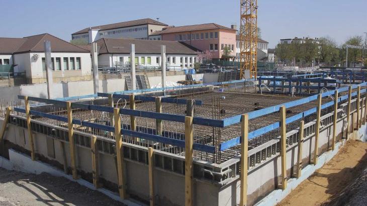 Die Baustelle der Mehrzweckhalle an der Altdorfer Grundschule: Rund zehn Millionen Euro kostet das Projekt.