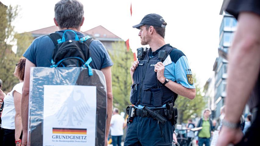 Trotz der Corona-Krise soll es laut Söder künftig auch in Bayern wieder mehr Möglichkeiten für Demonstrationen geben. Er habe den Innenminister gebeten, in dieser Woche noch einen Vorschlag zu machen, der eine Struktur für die nächsten Wochen legen könne, sagte der CSU-Chef. Denkbar sei die Erlaubnis von Versammlungen von bis zu 20 Personen.