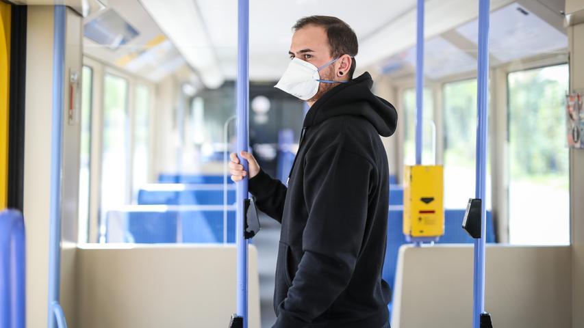 Besonders gefährdete Menschen wie Alte, Kranke oder Personen mit Vorerkrankungen erhalten zum Schutz vor dem Coronavirus ab Dezember 15 Stück vergünstigte FFP2-Masken, für die sie nur eine geringe Eigenbeteiligung zahlen müssen.