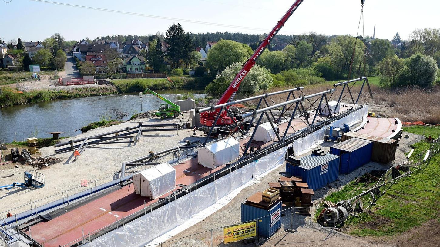 Blick auf die Großbaustelle: Die Stahlelemente der Brücke liegen bereit und sollen Anfang Juni an ihren Platz gehoben werden.