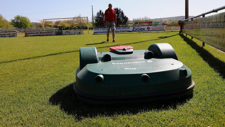 """Fußballabteilungsleiter Dieter Kupfer ist nur wegen des Größenvergleichs mit auf dem Bild, """"Big Mow"""" arbeitet eigentlich komplett selbstständig."""