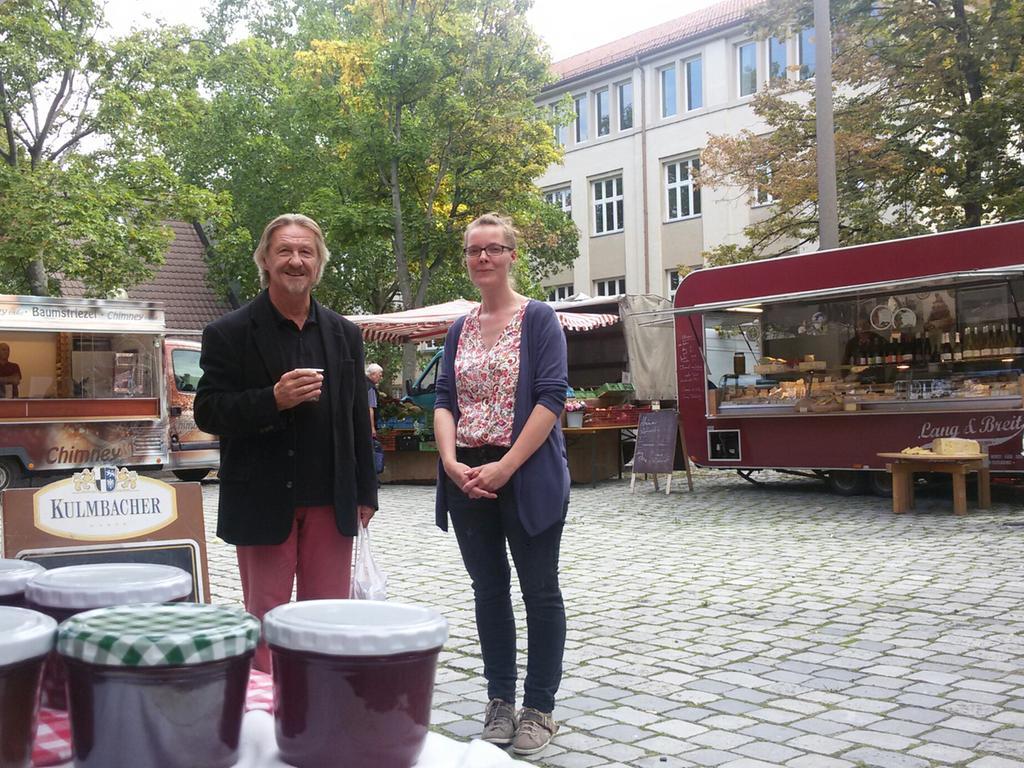 Motiv: Wochenmarkt an der Dreieinigkeitskirche in Gostenhof mit Händlerin Sonja Braun und Kunde Rick Roth. Das Foto habe ich gemacht.
