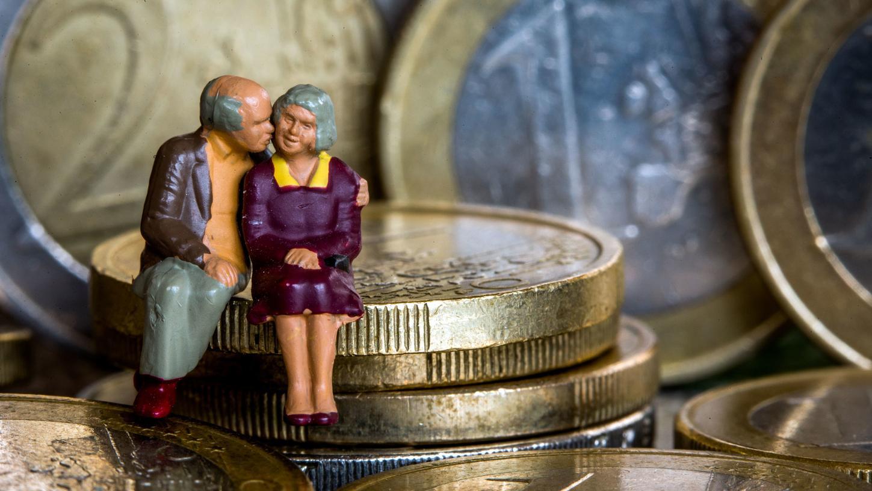 Modellfiguren eines Seniorenpaares sitzen auf Euro-Geldmünzen: Sozialpolitiker aus den Reihen der Union wollen das Rentensystem reformieren.