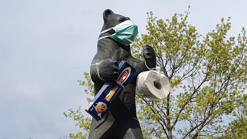 Jetzt kommt die Maskenpflicht: Der Bär hat sich deshalb rechtzeitig ein Mund-Nasen-Schutz zugelegt.