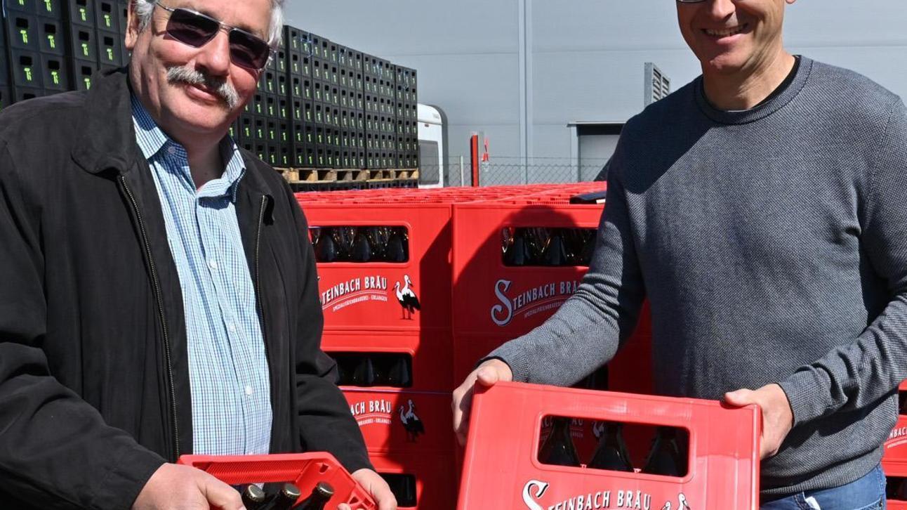 Christoph Gewalt (r.) und Joachim R. Lehmann freuen sich über die 2500 Steinbach-Bierkästen, die es ab Freitag gefüllt mit Bergbier geben soll.