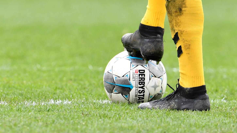 Noch herrscht Stillstand: Das DFL-Konzept soll mithelfen, dass der Ball bald wieder rollen kann.
