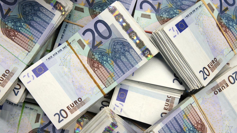 Banknoten liegen auf einem großen Haufen: Viele Bundestagsabgeordnete verdienen neben ihren Diäten kräftig dazu.