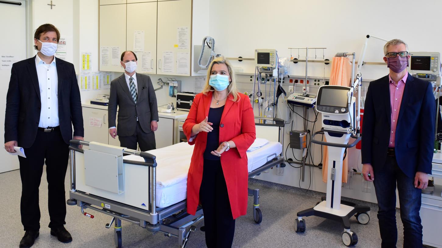 Gesundheitsministerin Melanie Huml (CSU) machte sich vor Ort im Klinikum Forchheim ein Bild - zusammen mit (v.l.n.r.) Landrat Hermann Ulm, MdL Michael Hofmann (beide CSU) und OB Uwe Kirschstein (SPD).