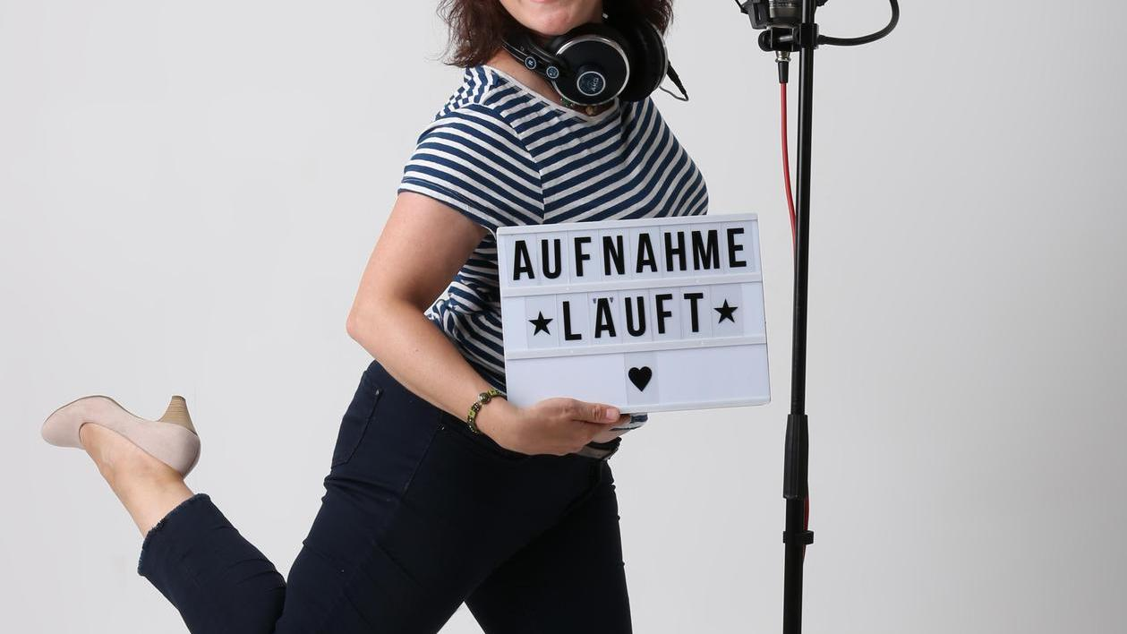 Spaß bei der Arbeit: Dagmar Bittner hat Talent fürs Spielen hinter dem Mikrofon.