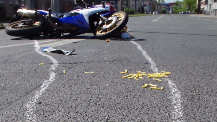 Chicken Wings und Pommes zu essen ist natürlich kein Verstoß. Das aber zu tun, während man Motorrad fährt, ist keine gute Idee. Ein Nürnberger kollidierte mit einem Auto - die Fahrbahn war anschließend mit Chicken Wings und Pommes übersäht. Der Mann musste dann mit einer schweren Fußverletzung insKrankenhaus.