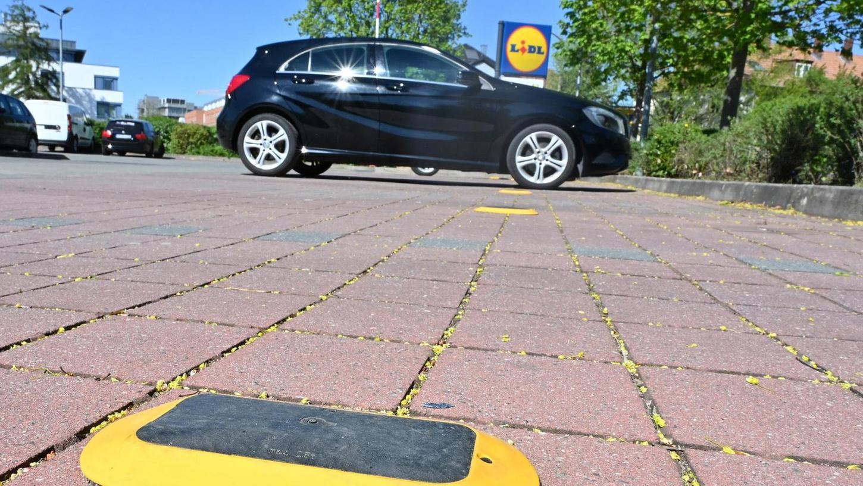 Die Parkdauer auf dem Lidl-Parkplatz an der Nägelsbachstraße wird durch Sensoren überwacht. Wer länger als 60 Minuten dort steht, muss 30 Euro berappen.