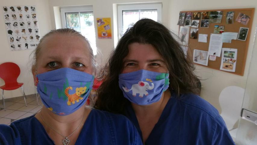 Wo Vierbeiner reinkommen, müssen auch Vierbeiner drauf sein: Das Team der Tierarzt-Praxis Andrea Baier in Adelsdorf/Aisch hat den Mundschutz dem Job angepasst.