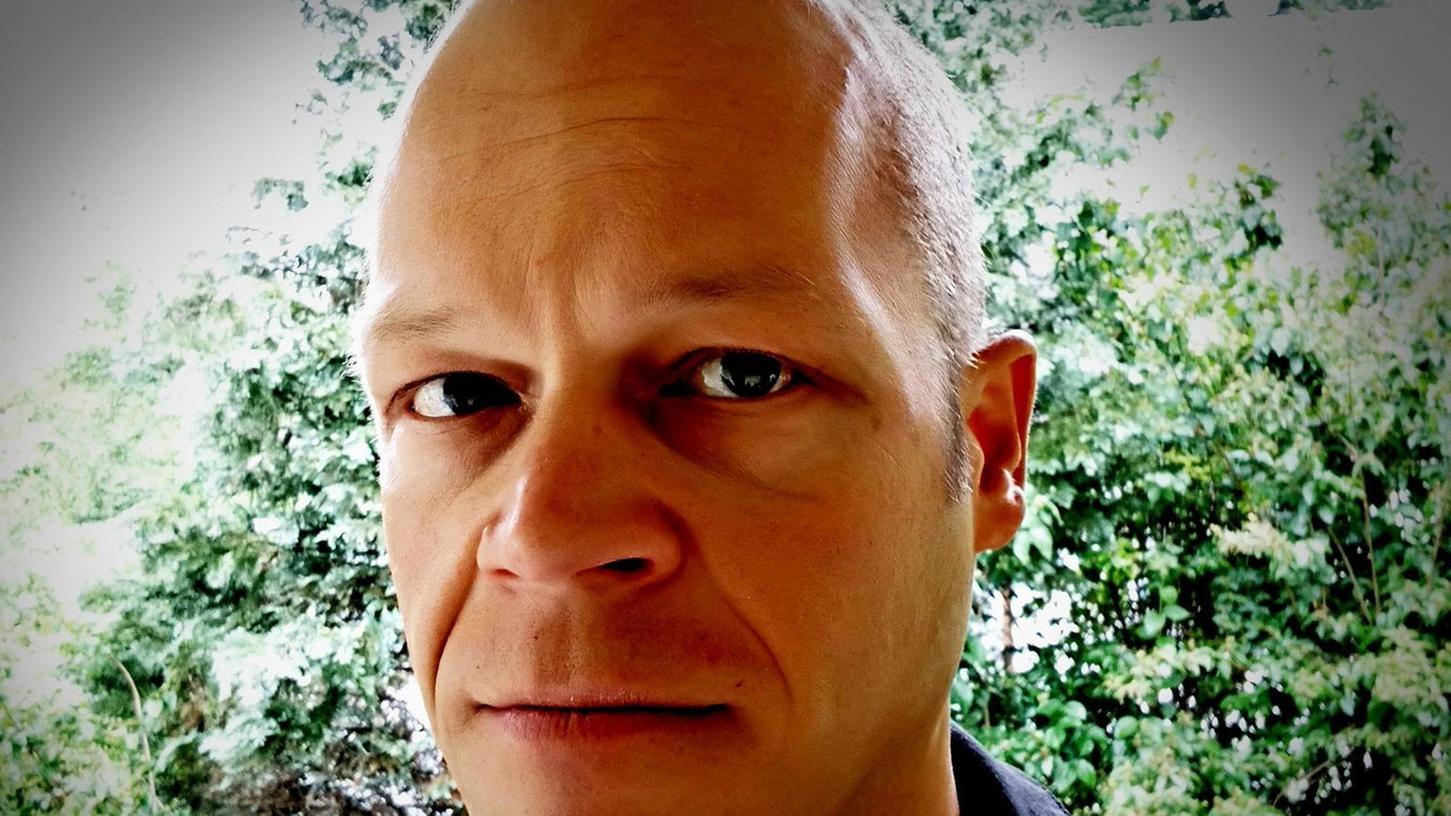 """Robert Andreasch, Jahrgang 1973, studierte Humanmedizin, Soziologie und Sozialpsychologie. Als Autor, Journalist und Gutachter recherchiert und schreibt er von München aus über die radikale Rechte in Bayern. 2019 erhielt er den """"Publizistikpreis"""" der Landeshauptstadt München für seine Arbeiten."""
