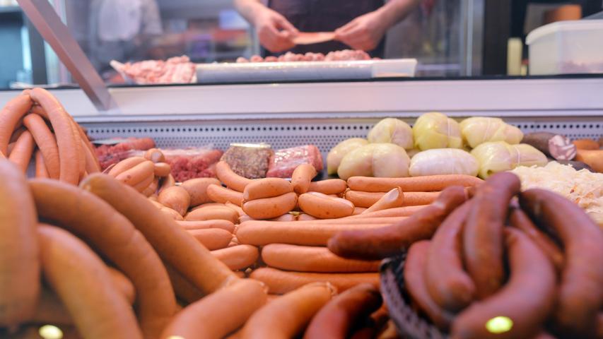 Würstchen mit Kartoffelsalat: DieserKlassiker an Heiligabend landet bei rund 33 Prozent der Befragten am 24. Dezember auf dem Tisch.