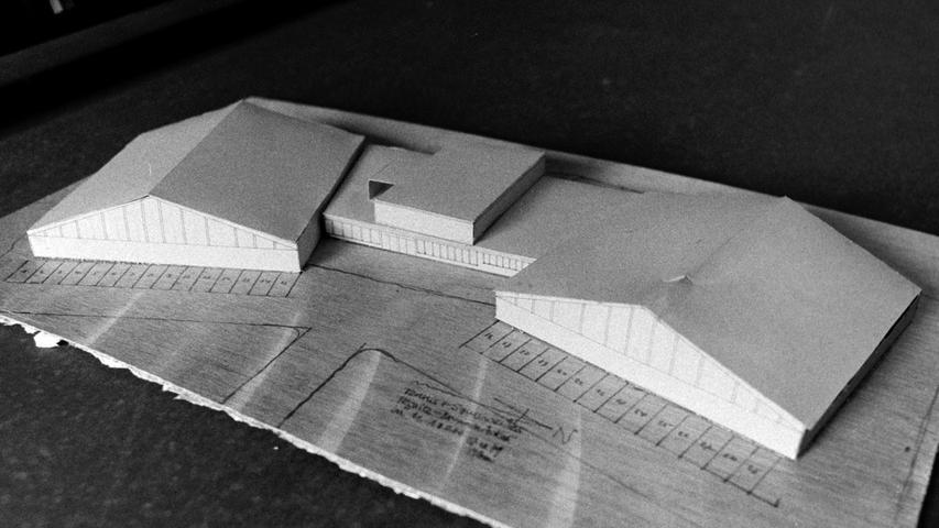 Für drei Millionen Mark wollte der Architekt Heiner Pflaum vor 40 Jahren in Pegnitz ein Freizeitzentrum errichten. Nach den Plänen eines der Posthalter-Brüder sollten auf dem Gelände des Glückauf-Sportplatzes im Gebiet Brunnenäcker vier Tennis- und vier Squashplätze entstehen. Ferner sollten die beiden Sporthallen mit einem Restaurant samt Sauna verbunden werden. Auf dem Dach waren damals schon Kollektoren zur Nutzung der Sonnenenergie geplant. Realisiert wurde das ehrgeizige Vorhaben allerdings nicht.