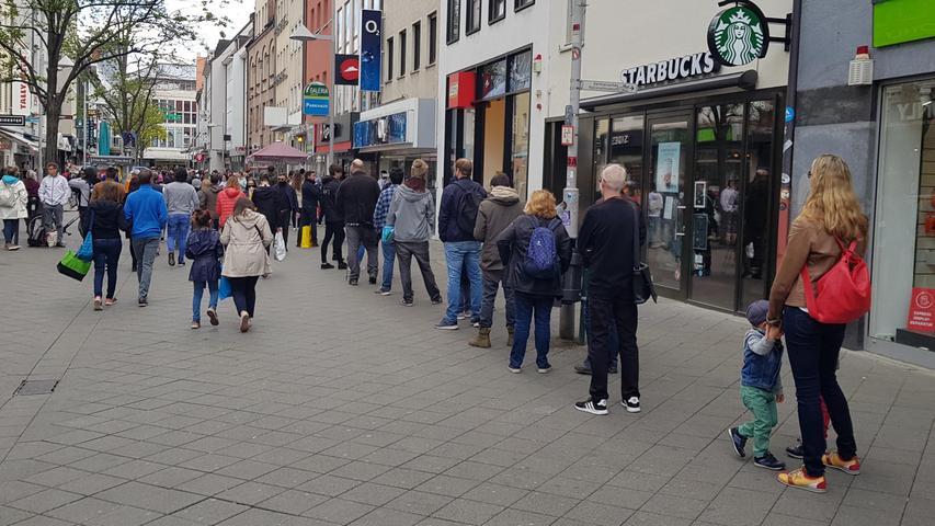 Nürnberg , am 02.05.2020..Ressort: Lokales ..Foto: Roland Fengler..Nürnberg Fußgängerzone Breite Gasse,....#Corona erster Einkaufstag in der Stadt Lockerung,....Lange Warteschlangen vor den Läden