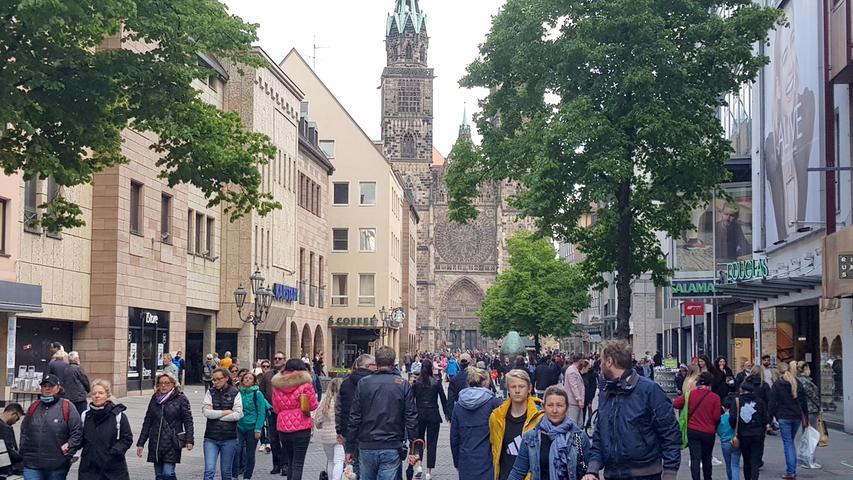 In Deutschland werden im Juni 2020 die Einschränkungen nach dem Lockdown zum ersten Mal umfassend gelockert. Schulen und Kitas öffnen, Theater und Kinos dürfen den Betrieb wieder aufnehmen. Restaurants und Cafés haben seit Ende Mai wieder geöffnet, Sport ist unter Einhaltung der Abstandsregeln auch in Gruppen wieder erlaubt. Auch die Kontaktbeschränkungen werden gelockert, bei privaten Feiern dürfen im Freien wieder bis zu 100 Menschen zusammenkommen. Auch die Kontrollen an den deutschen Außengrenzen werden aufgehoben.