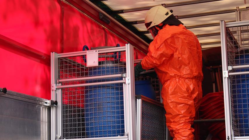 In Schutzanzügen: Feuerwehr in Franken sammelt Desinfektionsmittel ein