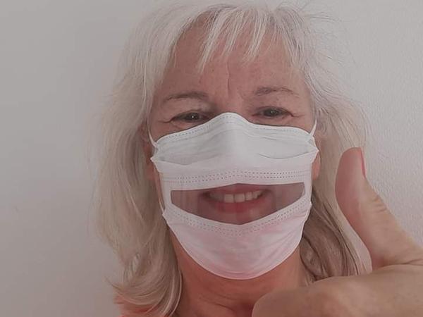 Judit Nothdurft aus Röthenbach im Nürnberger Land, gibt Schulungen für die Kommunikation mit Schwerhörigen und Gehörlosen. Hier mit einer Maske mit transparentem Mundschutz aus den USA.
