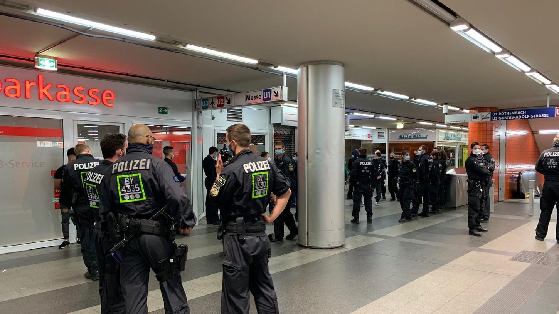 Am Dienstag nahm die Polizei etliche Jugendliche in der Königstorpassage in Gewahrsam, die zuvor aneinandergeraten waren.