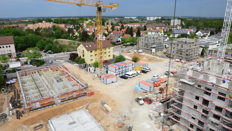 """Der Blick vom Kran aus Richtung Unterfarrnbach zeigt die Rohbauten für die mehrgeschossigen """"Punkthäuser"""" mit Mietwohnungen, die das ESW auf dem Gelände zunächst hochzieht."""