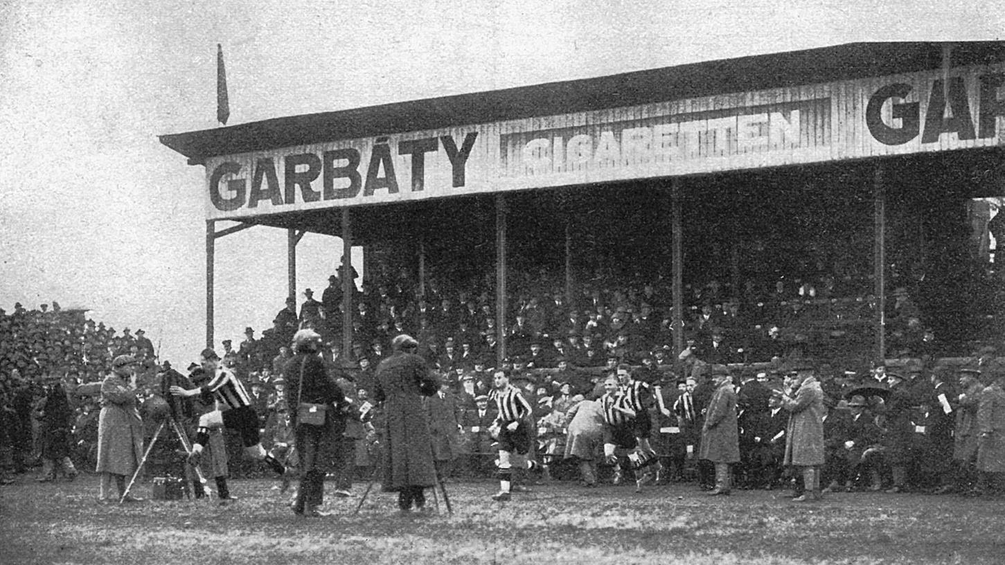 Ende der 20er Jahre drängten sich die Fotografen beim Einlaufen der Fürther Spieler. An der Tribüne zu sehen die neuentdeckte Einnahmequelle für Fußballvereine: Großflächige Werbung im Stadion.