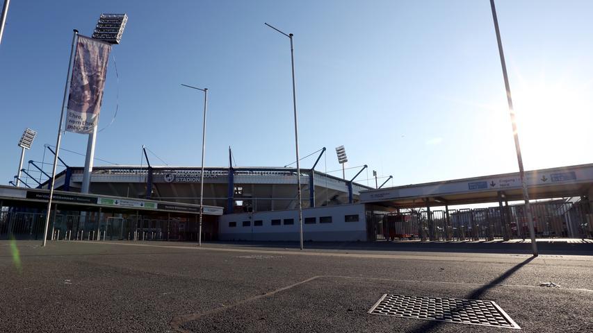 Unvergessen sind wohl Spiele wie das Finale des Europapokals 1967, das der FC Bayern gewann. Ein Jahr später feierte der Club seine neunte Deutsche Meisterschaft - und stieg wiederum ein Jahr später ab. Das rundum überdachte Max-Morlock-Stadion fasst eigentlich bis zu 50.000 Zuschauer -und hat den Grundriss eines Achtecks. Ein besonderer Grundriss in einer geschichtsträchtigen Arena. Im Sommer ist auch das anliegende Stadionbad ein beliebtes Ausflugsziel. Und direkt gegenüber spielen auch die Nürnberg Ice Tigers in der Arena - wenn sie erfolgreich sind sogar fast bis in den frühen Sommer.