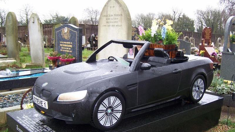 Das sieht man auch nicht alle Tage. Ein schwarzes Cabrio schmückt ein Grab auf dem Friedhof Manor Park im Nordosten Londons.