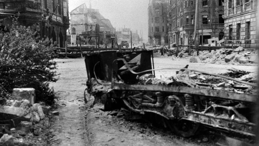 Ein Bild der Verwüstung zu Kriegsende, als die US.-Armee am 20. April 1945 in Nürnberg einmarschierte. Das Foto zeigt eine zerstörte Straßenbahn an der Äußeren Bayreuther Straße.