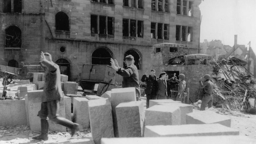 Mit erhobenen Händen mussten diese Männer durch  Nürnberg zu einem Gefangenenlager gehen.