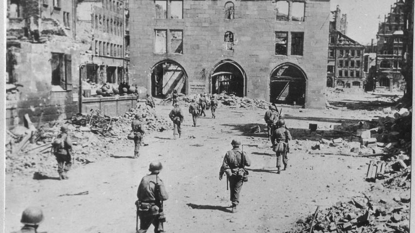 Die Nürnberger waren erstaunt, mit wie vielen Fahrzeugen die US-Army einrückte. Dieses Bild ist eine der wenigen Aufnahmen, auf dem Infanterie zu Fuß die Stadt einnimmt. Es entstand an der Mauthalle an der Königstraße.