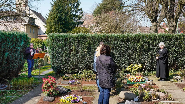 Bis vor kurzem waren Beerdigungen nur im allerkleinsten Kreis erlaubt, jetzt dürfen immerhin wieder 15 Trauergäste an den Feiern teilnehmen. Auch Urnenbeisetzungen sind in Nürnberg jetzt wieder möglich.