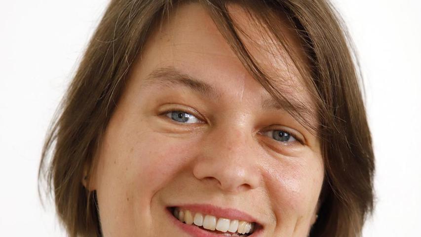 Elisabeth Ries ist zweite Neue im Bunde: Von 1999 bis 2002 war sie Mitarbeiterin der SPD-Stadtratsfraktion im Nürnberger Rathaus. Ihre Laufbahn bei der Stadt Nürnberg begann sie 2002 als Redakteurin im Presse- und Informationsamt, wechselte 2005 in den Geschäftsbereich für Jugend, Familie und Soziales und von dort 2011 in den Geschäftsbereich des Oberbürgermeisters als wissenschaftliche Mitarbeiterin des OB und Leiterin des Bildungsbüros. Seit 2018 war sie persönliche Mitarbeiterin des Oberbürgermeisters. Ries tritt die Nachfolge von Reiner Prölß an, der nach Ablauf seiner 2005 begonnenen Amtszeit in den Ruhestand wechselt.