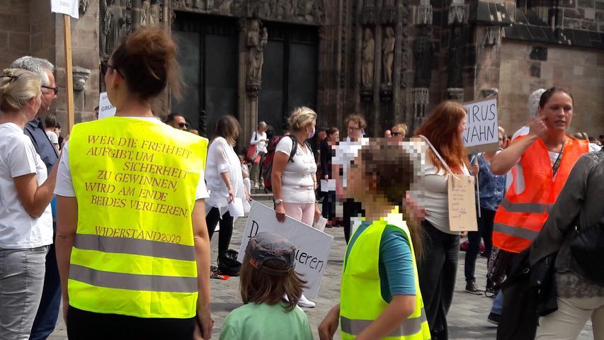 Mehr als 2000 Menschen trafen sich am Samstag an der Lorenzkirche, um gegen eine Impflicht zu demonstrieren.