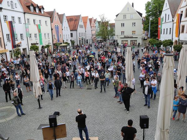 Auch im oberpfälzischen Weiden demonstrierten gut 400 Menschen gegen die restriktiven Corona-Maßnahmen.